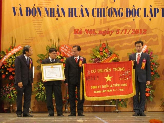 Các đồng chí Lãnh đạo Công ty Thuốc lá Thăng Long đón nhận Huân chương Độc lập hạng nhất